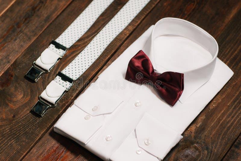 Toevallige reeks: overhemd, bretels en marsala bowtie royalty-vrije stock afbeelding
