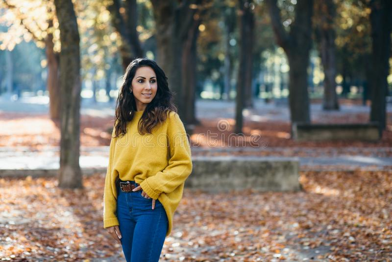 Toevallige vrolijke vrouw in de herfst stock foto's