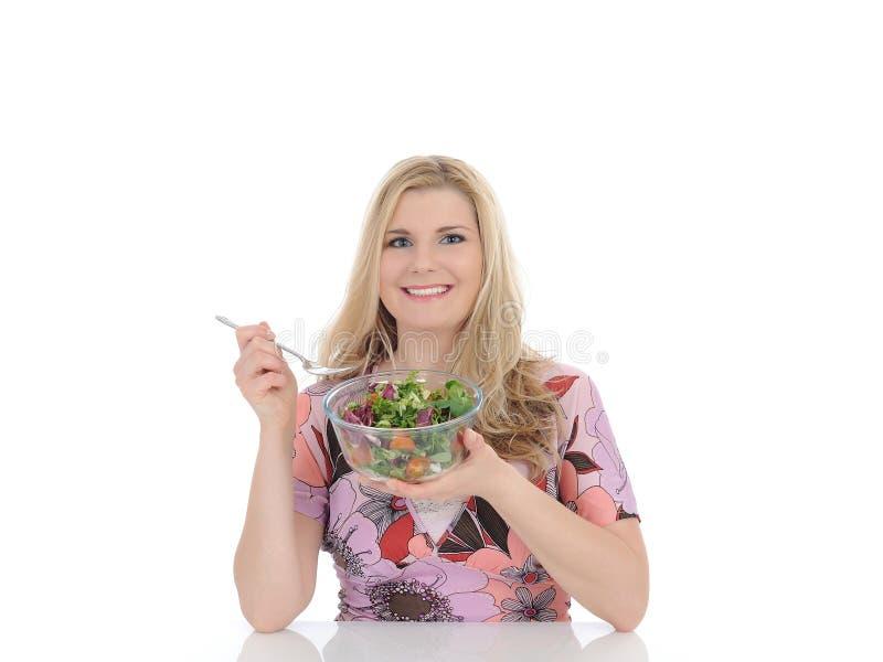 Toevallige vrouw die gezonde plantaardige salade eet royalty-vrije stock afbeelding