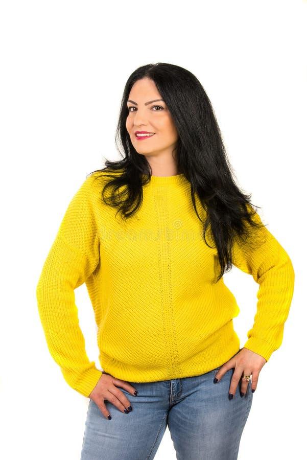 Toevallige vrouw in gele sweater royalty-vrije stock afbeelding