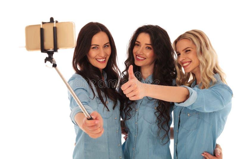 Toevallige vrouwen die een selfie nemen en het o.k. teken maken royalty-vrije stock afbeeldingen
