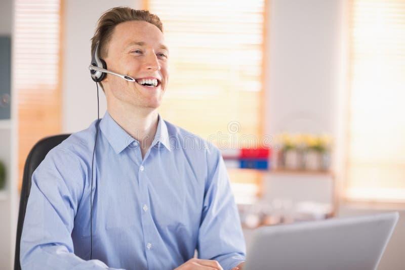 Toevallige zakenman die hoofdtelefoon op een vraag met behulp van royalty-vrije stock foto's