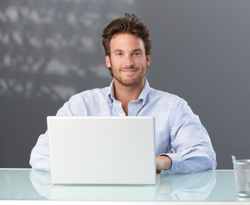Toevallige zakenman met computer stock foto's