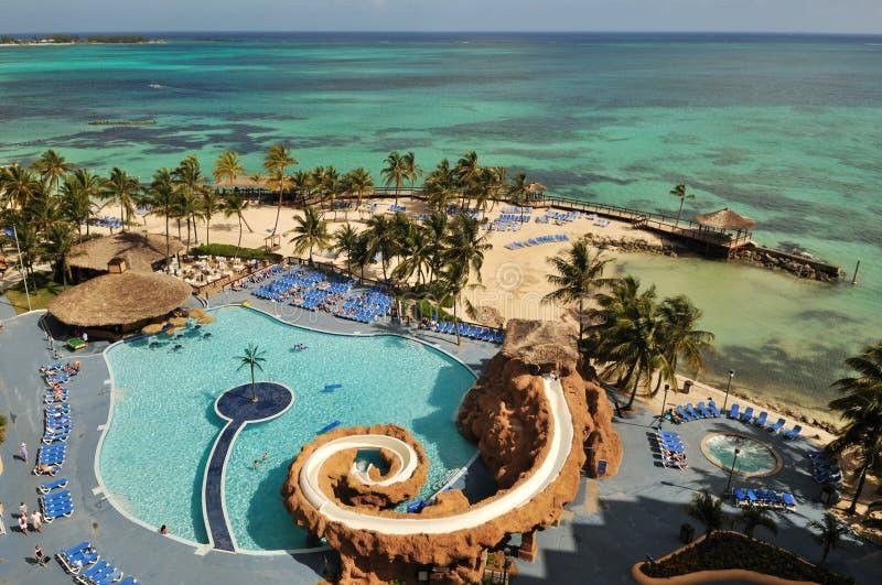 Toevlucht met zwembad door Caraïbische oceaan stock foto's