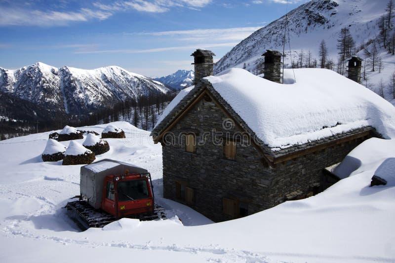 Toevluchtsoord op de alpen in de winter royalty-vrije stock afbeeldingen