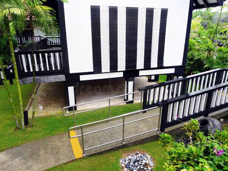 Toevluchtvilla met de helling van de rolstoeltoegang royalty-vrije stock afbeelding