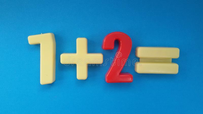 Toevoeging: één plus twee evenaart drie School en Onderwijs stock foto