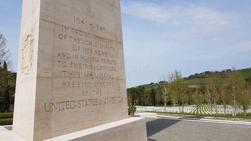 Toewijding in de Herdenkingsobelisk aan Amerikaanse militairen die tijdens Wereldoorlog II in Florence American Cemetery en Memor royalty-vrije stock fotografie