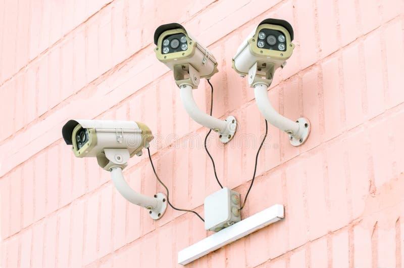 Toezicht op de stadsstraten die kabeltelevisie-camera's met behulp van stock fotografie