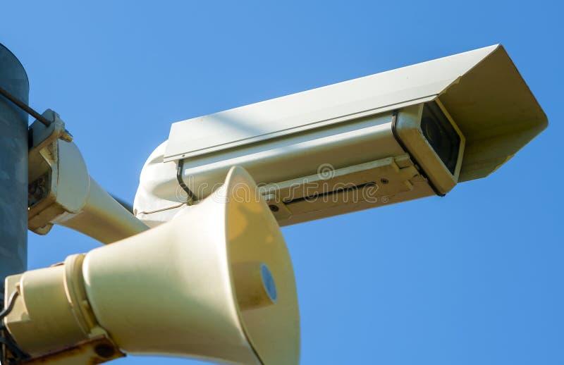 Toezichtcamera met sirene stock afbeeldingen