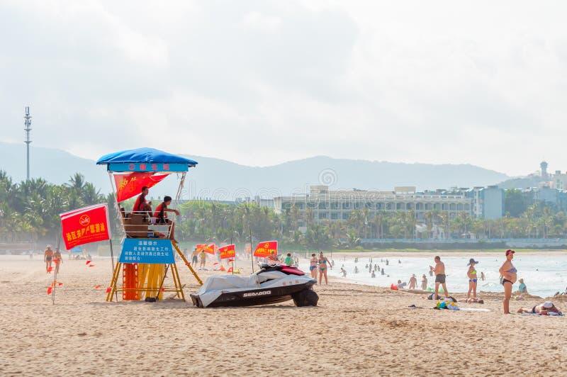 Toezichttoren op het strand Badmeesters die op de voorzijde van de badmeestertoren van het overzees zitten royalty-vrije stock foto's