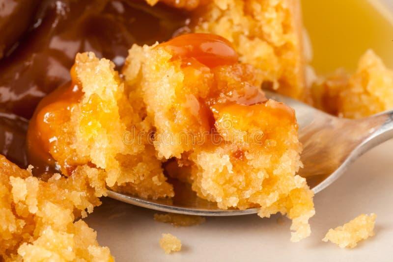 Toffee Bombe-Pudding-Nahaufnahme mit Löffel stockfotografie