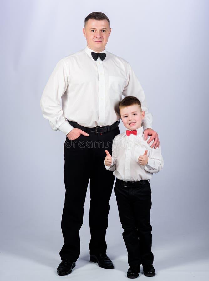 Toffsvader en zoon in formeel kostuum kleine jongen met papazakenman Familiedag Mannelijke manier parenting Dit is dossier van EP stock foto's