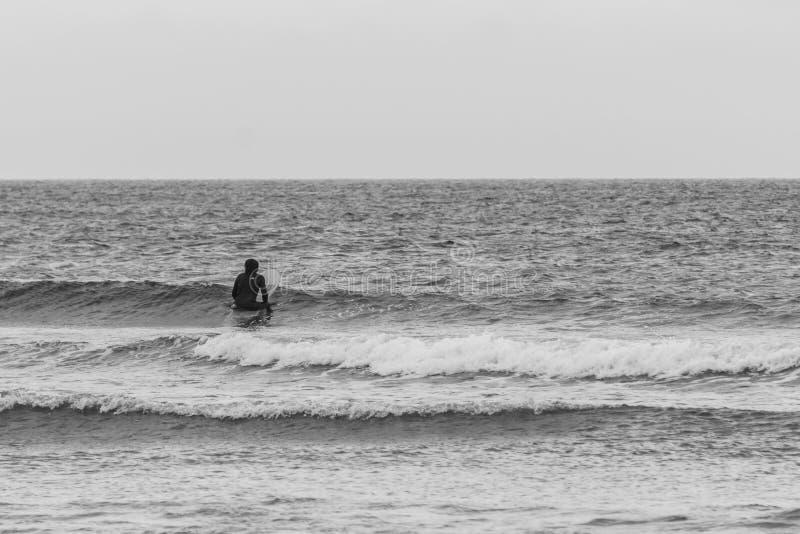 TOFINO, КАНАДА - 2-ое сентября 2018: всадник серфера или волны на surfboard на предпосылке океана стоковые фото