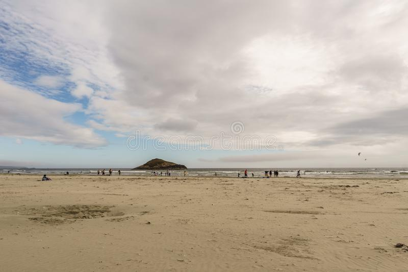 TOFINO, КАНАДА - 2-ое сентября 2018: Kiteboarding или катание волны в Тихом океане стоковые изображения