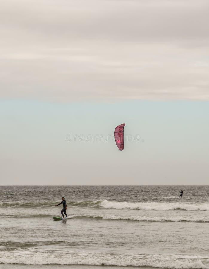 TOFINO, KANADA - 2. September 2018: Surfer- oder Wellenreiter auf dem Surfbrett auf dem Hintergrund von Ozean lizenzfreie stockfotografie