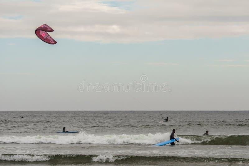 TOFINO, KANADA - 2. September 2018: Surfer- oder Wellenreiter, der das Surfbrett auf dem Hintergrund von Ozean hält lizenzfreie stockfotos