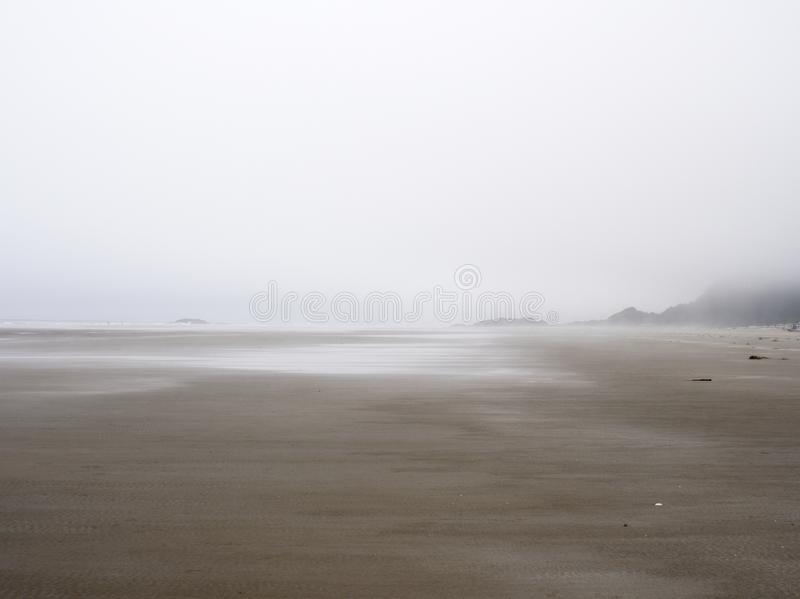 Tofino, peinadores vara, en la niebla - 30 de junio/2017 - que parece del norte fotos de archivo libres de regalías