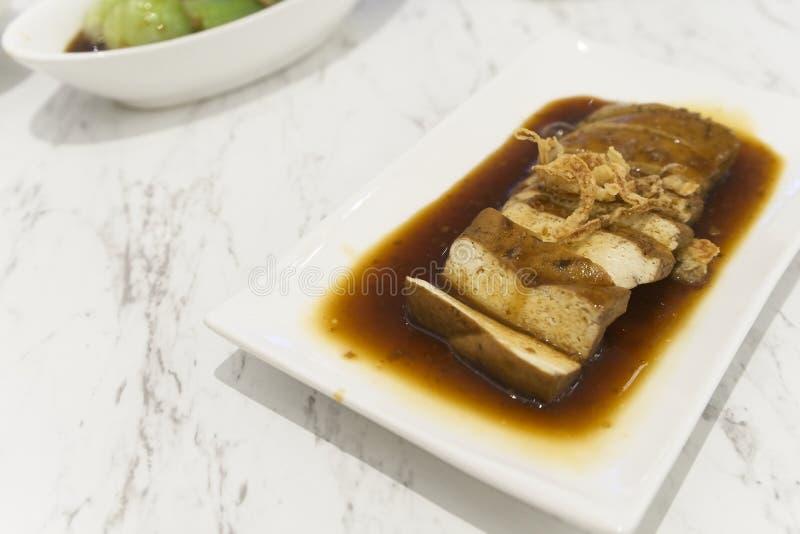 Tofu avec cuit dans la sauce au jus photographie stock