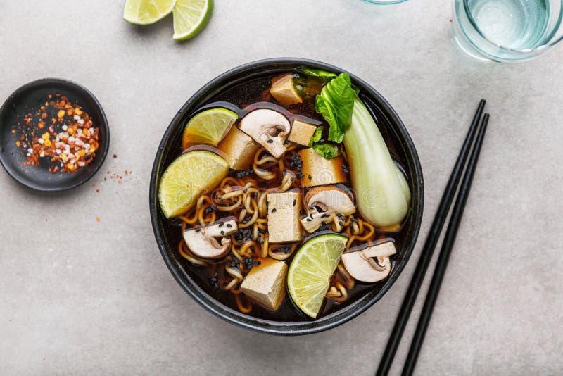 Tofu Aziatische vegetarische die soep in kom wordt gediend stock afbeelding
