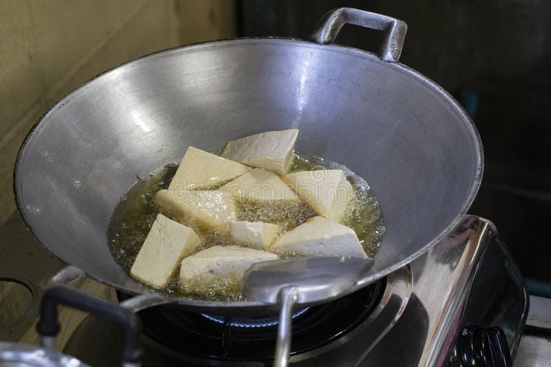 Tofu, coalho de feijão ou bolo fritado do feijão da soja na bandeja do ferro foto de stock