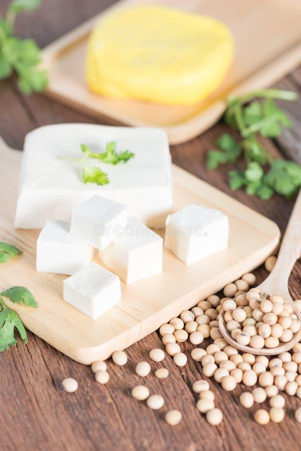 Tofu com feijão da soja e o tofu amarelo foto de stock royalty free