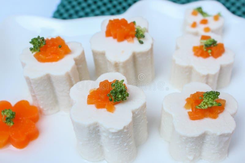 Tofu com vegetal, cenoura, molho de soja, no prato foto de stock