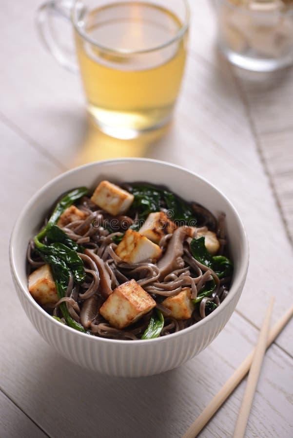 Tofu de noedels en de eetstokjes van Soba stock foto