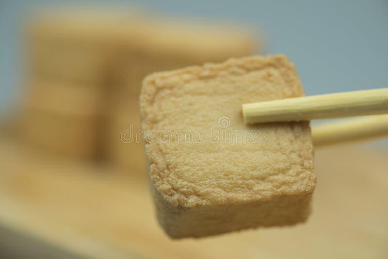 Tofu de poissons avec des baguettes photo libre de droits