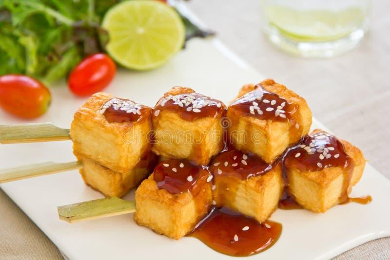 Tofu do assado com salada fotos de stock