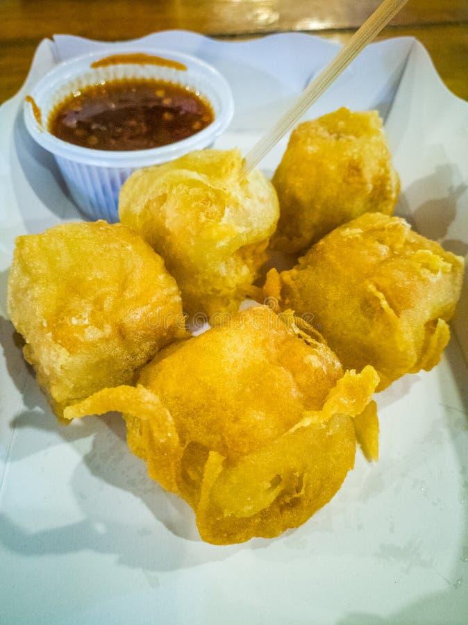 Tofu dos peixes envolvido em bolinhas de massa friáveis nas placas de papel e nos molhos, vendidos em restaurantes do alimento da imagem de stock