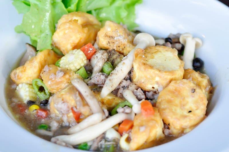Tofu et champignon faits sauter à feu vif photographie stock