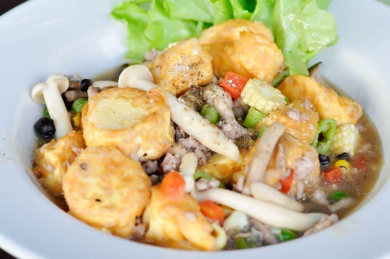 Tofu et champignon faits sauter à feu vif photo libre de droits