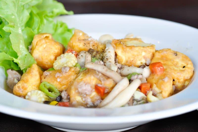 Tofu et champignon faits sauter à feu vif photographie stock libre de droits