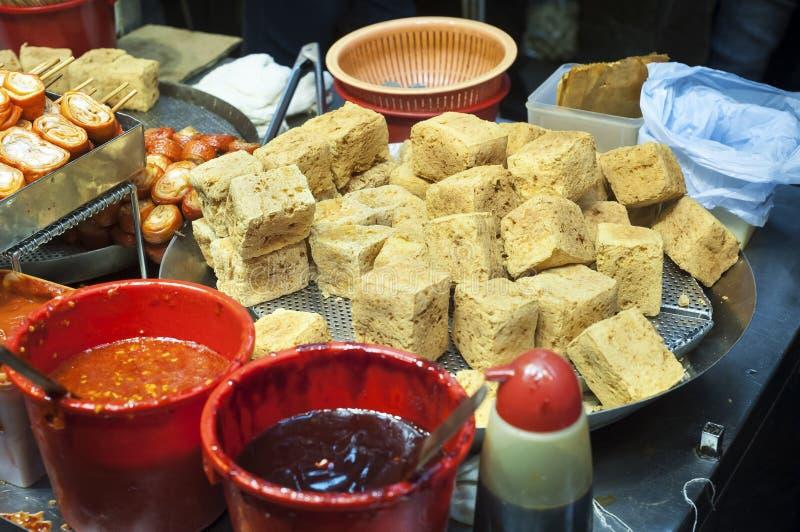 Tofu frit Stinky à une stalle de nourriture de rue de Hong Kong photographie stock libre de droits