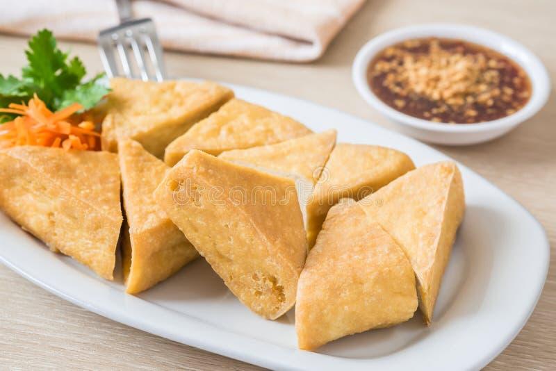 Tofu fritto sul piatto e sulla salsa della immersione immagini stock