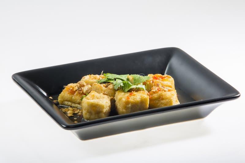 Tofu giallo infornato con salsa immagini stock