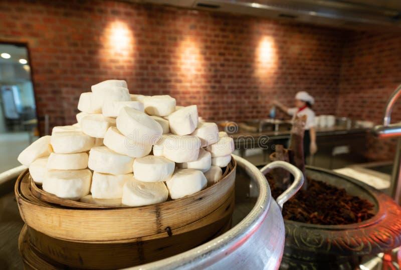 Tofu im Topfkochen und Illicium verum auf Küchenhintergrund mit Chef Ein Küchefoto der Bohnengallerte stockbilder