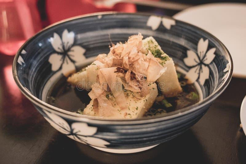 Tofu-japanischer Teller in der keramischen Schüssel stockfotos