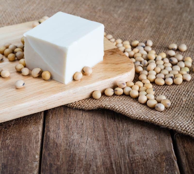 Tofu japonês macio branco fresco na placa de madeira com o feijão da soja no pano de saco do gunny foto de stock royalty free