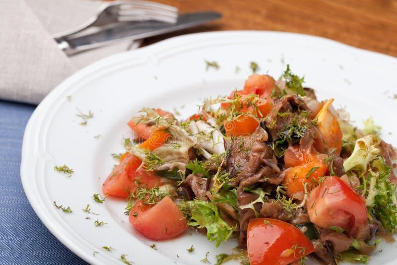 Tofu mariniert in der Sojasoße mit Tomate und Salat stockbilder