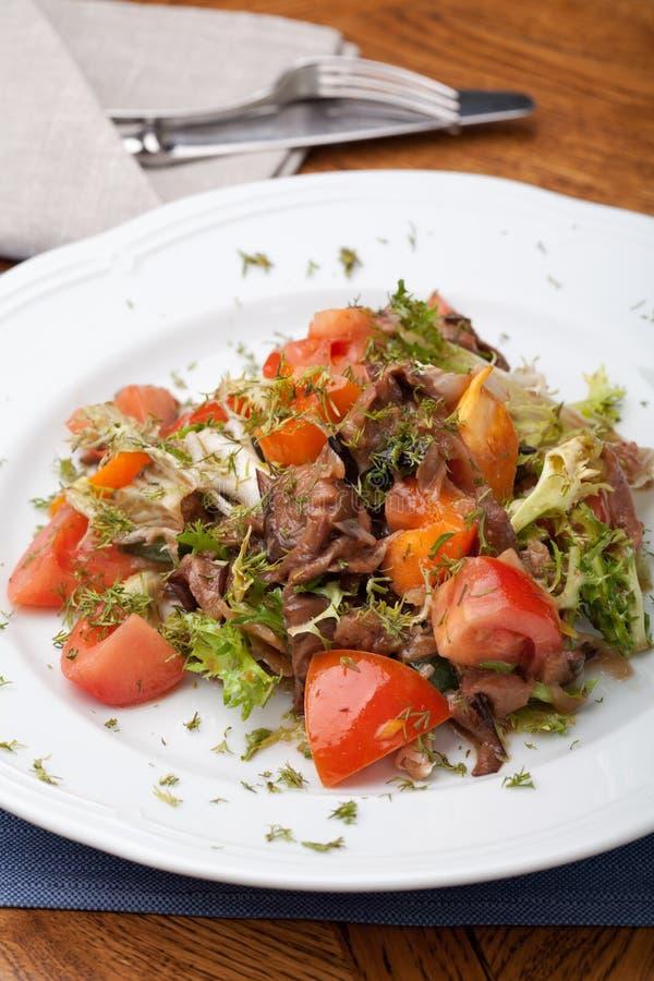 Tofu mariniert in der Sojasoße mit Tomate und Salat lizenzfreie stockfotos