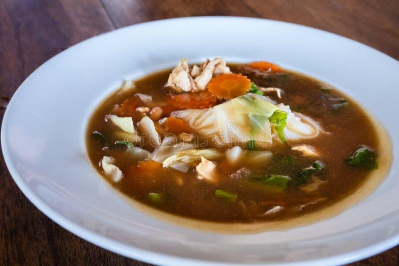 Tofu misto e pollo in minestra dell'ostrica in piatto bianco fotografie stock libere da diritti