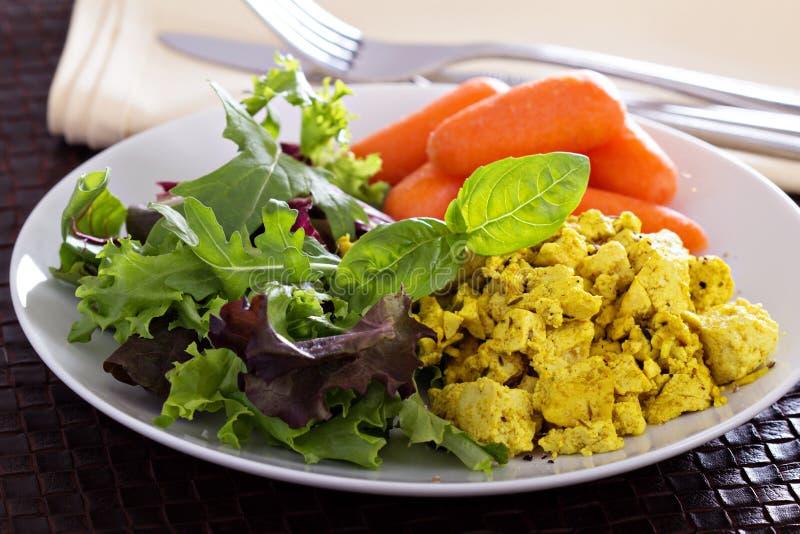 Tofu Scrambled com as folhas da salada para o café da manhã foto de stock royalty free