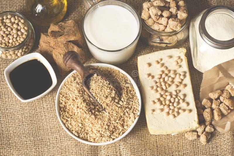 Tofu, Sojamilch, Sojabohnen, Sojaso?e und Sojabohnen?lsahne auf dunklem Schwarzem und Grauhintergrund lizenzfreie stockbilder