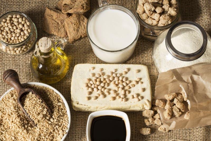 Tofu, Sojamilch, Sojabohnen, Sojaso?e und Sojabohnen?lsahne auf dunklem Schwarzem und Grauhintergrund lizenzfreie stockfotografie