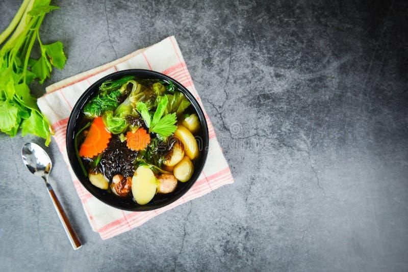 Tofu Soup bolw med kinesisk kål, grönsaksmorotsägg till fu-segmentköttboll och malet griskött med selleri/klart soppalg arkivbilder