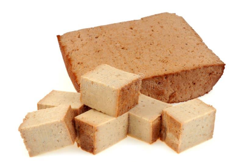 Tofu in stukken op witte achtergrond wordt gesneden die stock afbeelding