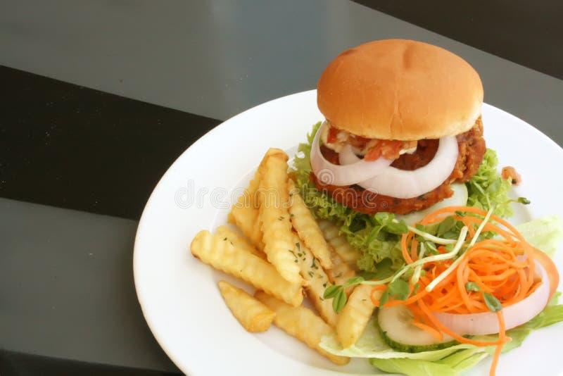 Tofu-vegetarischer Burger mit Pommes-Frites lizenzfreies stockbild