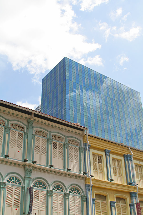 Tog último y moderno de la configuración del edificio del asunto imagen de archivo